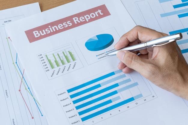 Homem de negócios trabalhando dados documento comercial relatório. conceito de gestão de planejamento de desenvolvimento de pesquisa Foto Premium
