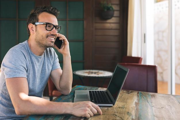 Homem de negócios, trabalhando em casa, no telefone celular Foto Premium