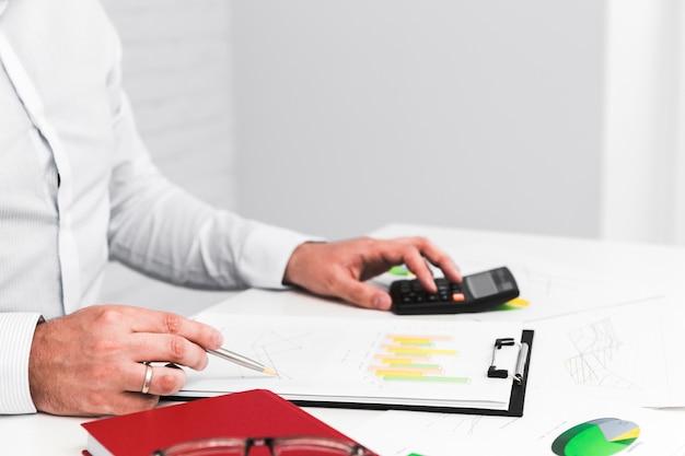 Homem de negócios, trabalhando em um desktop de escritório Foto gratuita