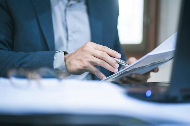Homem de negócios, trabalhando no escritório Foto Premium