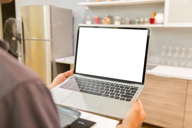 Homem de negócios usando laptop com tela em branco desktop branco trabalhando em casa Foto Premium