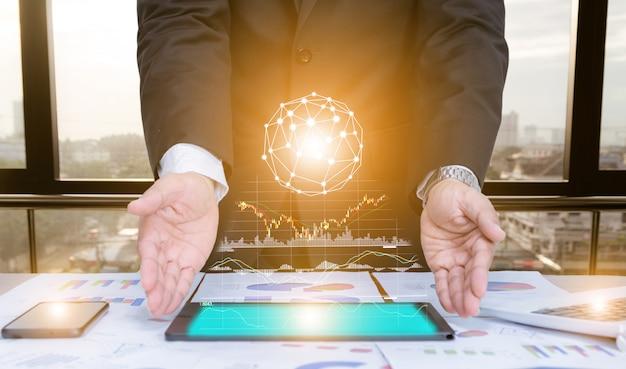 Homem de negócios usando o conceito tablet dados análise gráfica com tecnologia moderna Foto Premium