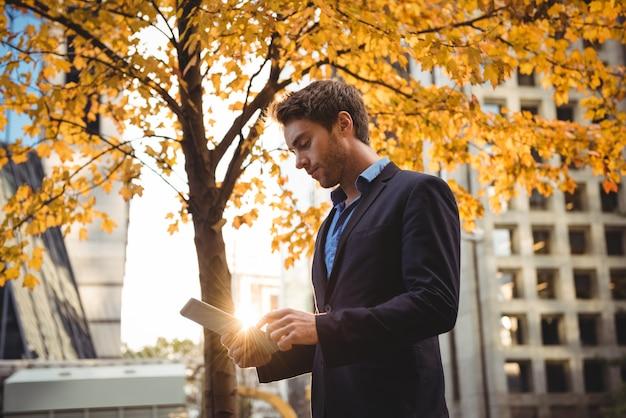 Homem de negócios usando tablet digital Foto gratuita