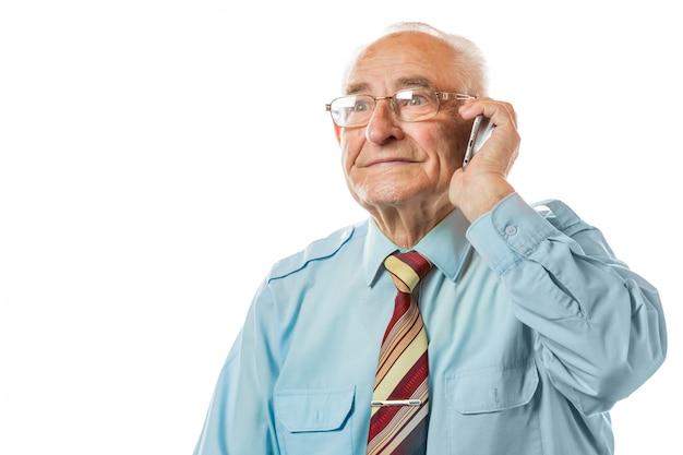 Homem de negócios velho sênior idoso que usa seu telefone móvel e sorriso isolado no fundo branco. Foto Premium