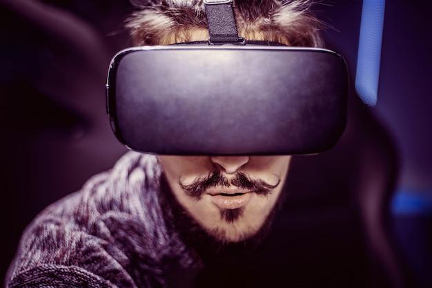 Homem de óculos virtuais está assistindo a um filme em um cinema Foto Premium