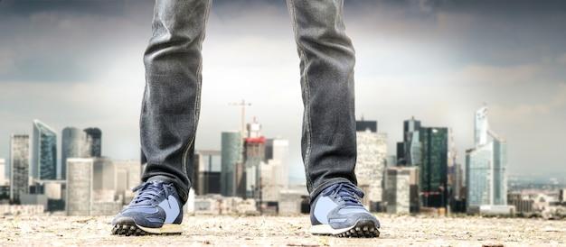 Homem de pé nos subúrbios Foto Premium