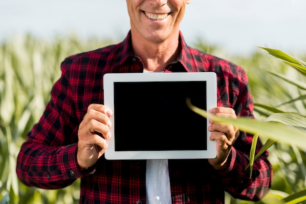Homem de smiley mock-up com um tablet Foto gratuita