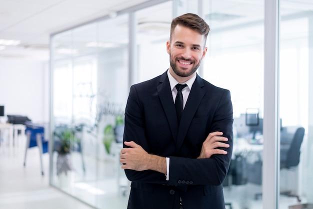 Homem de sorriso com os braços cruzados Foto Premium