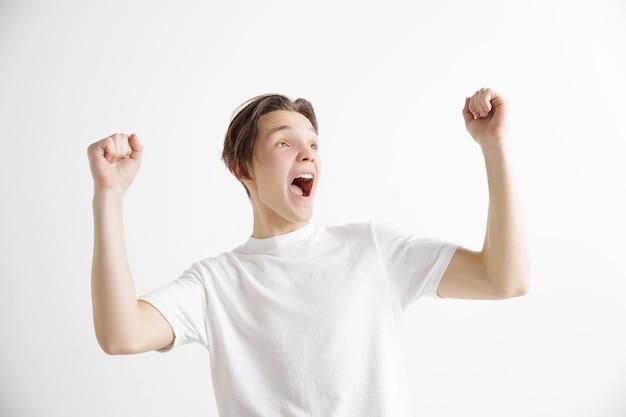 Homem de sucesso vencedor feliz em êxtase, comemorando ser um vencedor. imagem energética dinâmica do modelo masculino Foto gratuita