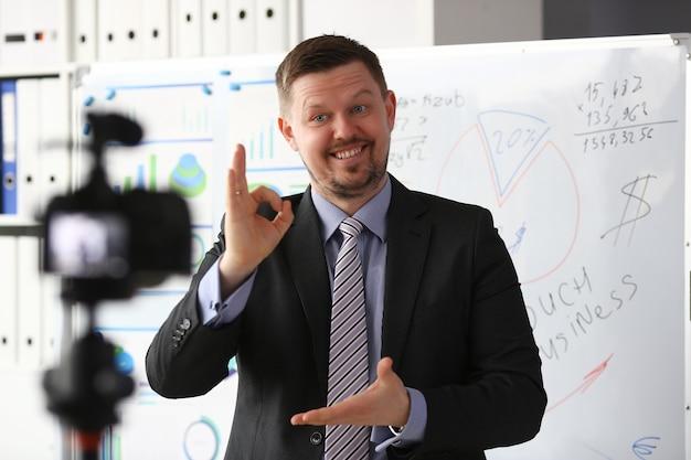 Homem de terno e gravata mostra sinal de confirmação Foto Premium