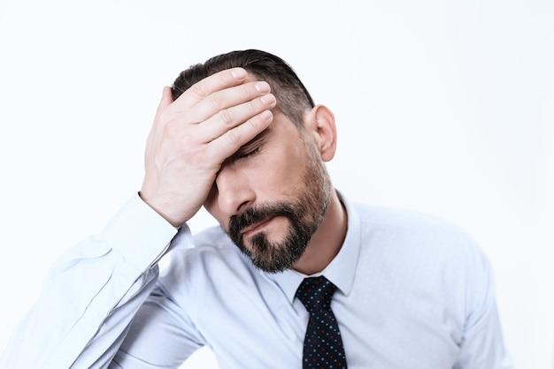 Homem de terno fechou os olhos da mão da dor. Foto Premium