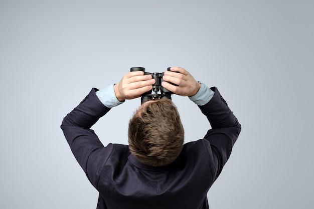 Homem de terno olhando com binóculos vista superior Foto Premium