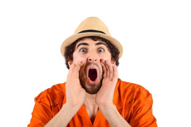 Homem de viajante gritando para a frente. Foto Premium