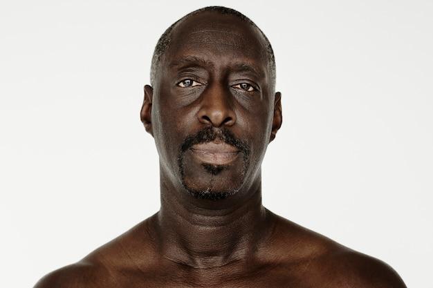 Homem de worldface-africano em um fundo branco Foto gratuita