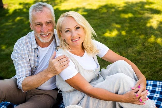 Homem, delicadamente, abraçando, mulher, ângulo alto Foto gratuita