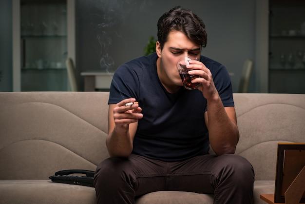 Homem desesperado, pensando em suicídio Foto Premium