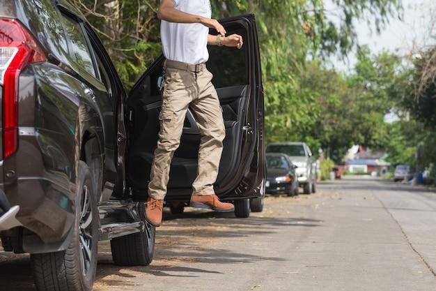 Homem, desgastar, carga, calças, com, suv, estacionamento carro, em, a, natureza, parque Foto Premium
