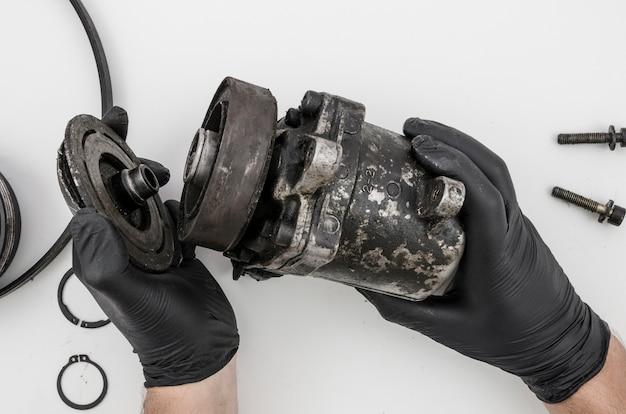 Homem, desmontar, mecânico, parte, para, limpeza Foto gratuita