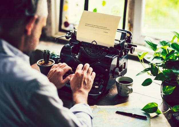 Homem, digitando, ligado, um, vindima, máquina escrever Foto Premium