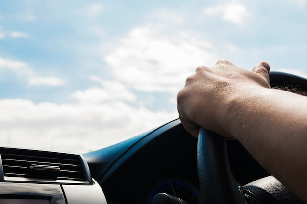 Homem, dirigindo carro, usando uma mão Foto gratuita