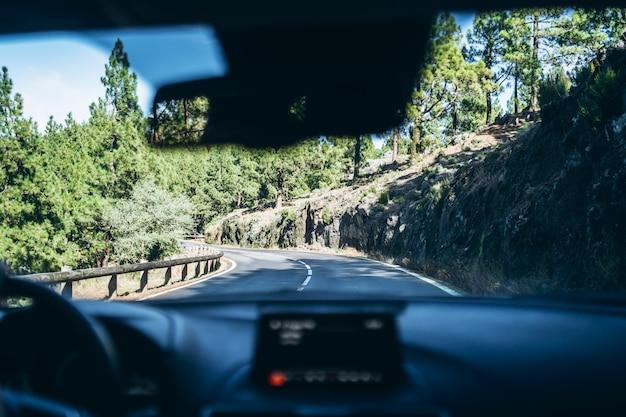 Homem dirigindo o carro com vista de dentro. Foto Premium