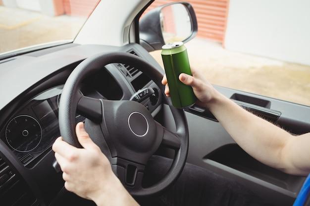 Homem dirigindo sua van enquanto bêbado Foto Premium