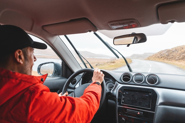 Homem, dirigindo, suv, car, ligado, litoral, estrada Foto Premium