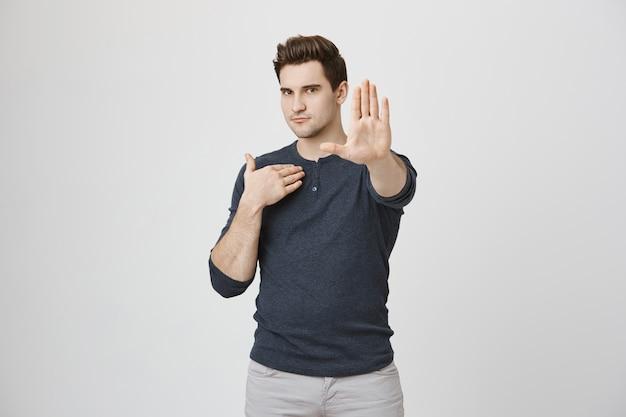 Homem dizendo não, mostre gesto de parar Foto gratuita