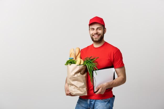 Homem do correio da entrega do alimento e do mantimento que guarda a placa de grampo. isolado no fundo branco. Foto Premium