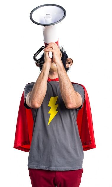 Homem do macaco do super-herói que grita pelo megafone Foto gratuita