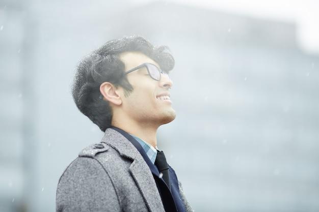 Homem do oriente médio, desfrutando de neve Foto gratuita