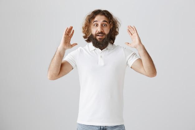 Homem do oriente médio feliz surpreso com grandes notícias Foto gratuita