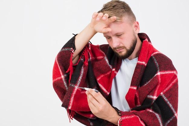 Homem doente com termômetro Foto gratuita