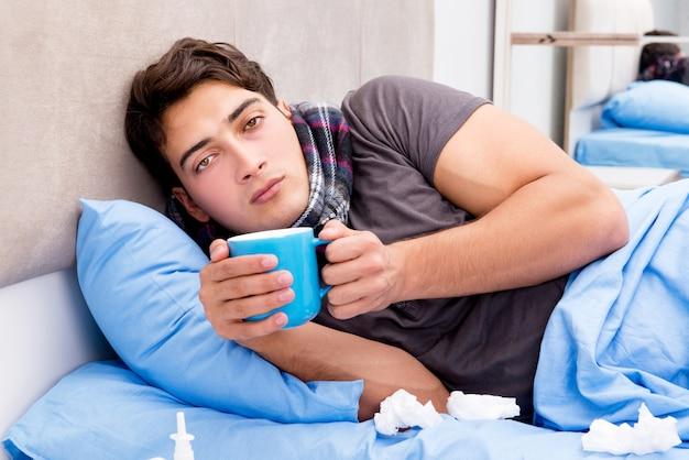 Homem doente doente na cama tomando remédios e drogas Foto Premium