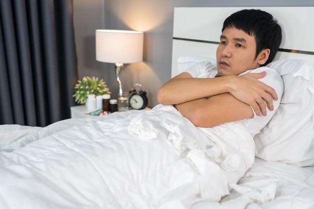 Homem doente, sentindo frio na cama Foto Premium