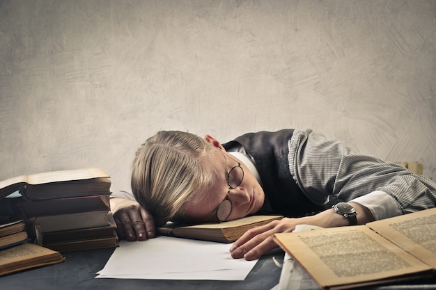 Homem dormir na mesa Foto Premium