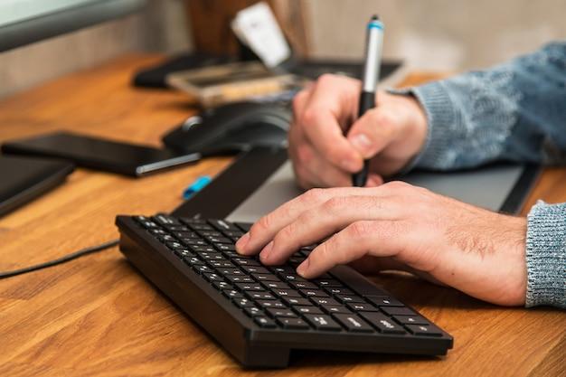 Homem durante o uso de uma mesa digitalizadora Foto Premium