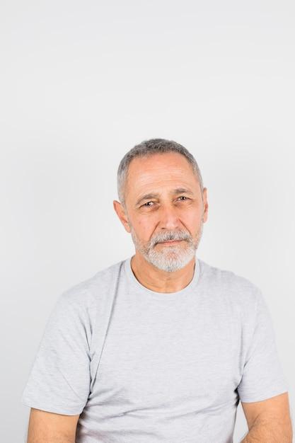 Homem duvidoso envelhecido em t-shirt Foto gratuita