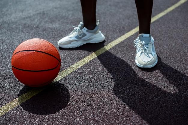Homem e bola vista de alto ângulo Foto gratuita