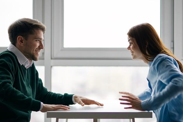 Homem e mulher alegres na mesa conversando em um café de namoro Foto Premium