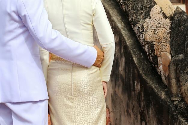 Homem e mulher amante abraçando, tailândia Foto Premium