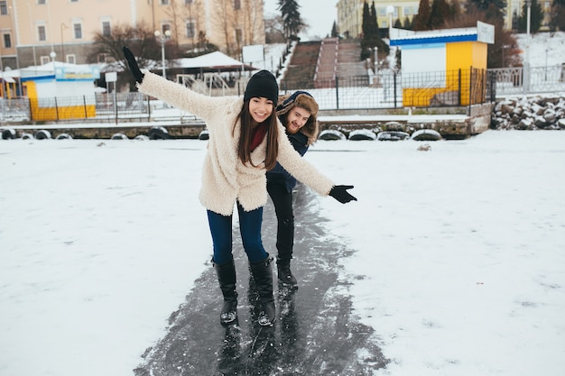 Homem e mulher andando no gelo em um lago congelado Foto gratuita