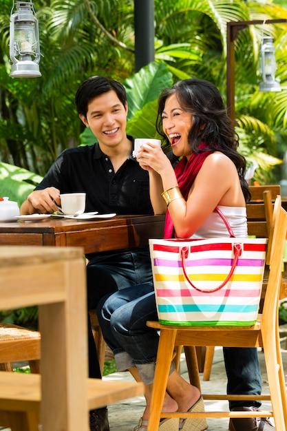 Homem e mulher asiáticos no restaurante ou café Foto Premium