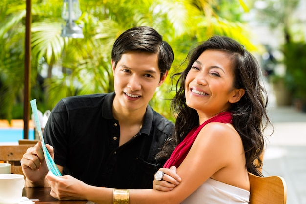Homem e mulher asiáticos no restaurante Foto Premium