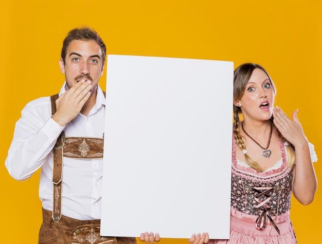 Homem e mulher bávara surpreendidos com maquete Foto gratuita