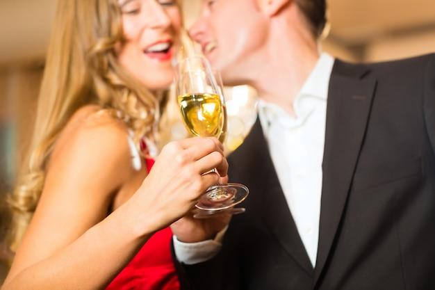 Homem e mulher bebendo champanhe Foto Premium