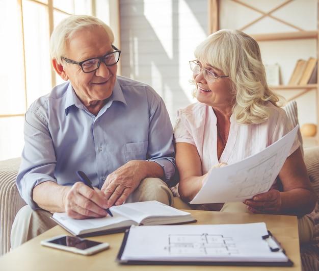 Homem e mulher bonita estão discutindo o projeto da casa Foto Premium