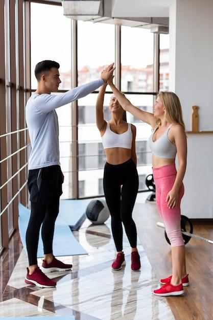 Homem e mulher cumprimentando no ginásio Foto gratuita