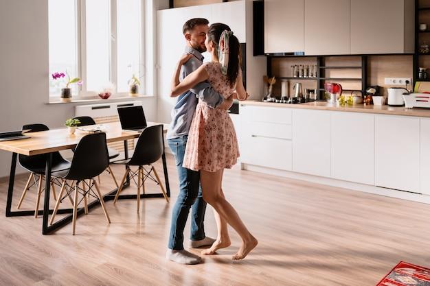 Homem e mulher dançando em um interior moderno Foto gratuita