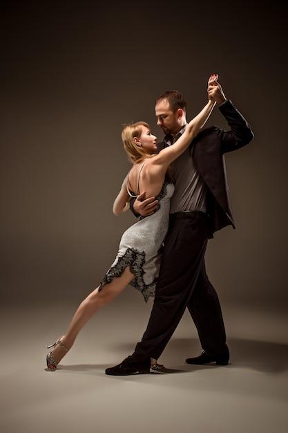 Homem e mulher dançando tango argentino Foto gratuita